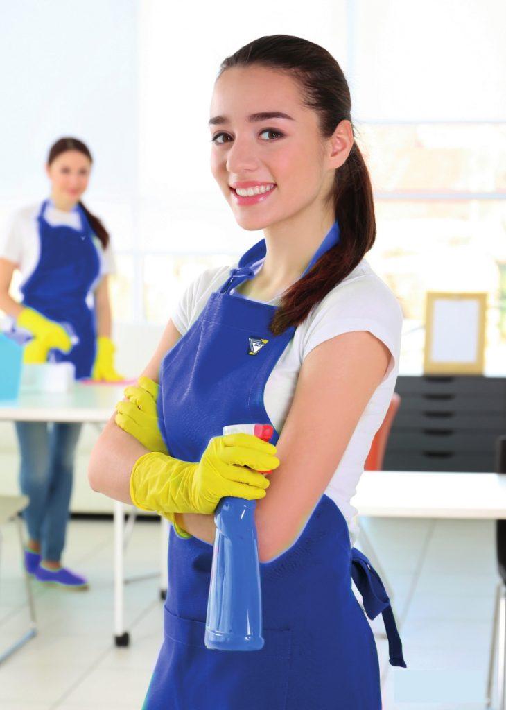 """Uśmiechnięta pracownica Zakładów Usługowych """"EZT"""" S.A., świadcząca usługi czystościowe"""